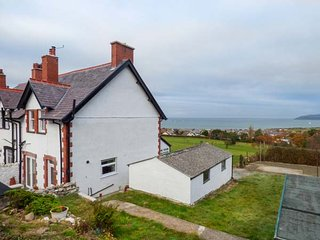 CAE GLAS COTTAGE, spacious cottage, superb views, WiFi, Dwygyfylch near - Penmaenmawr vacation rentals