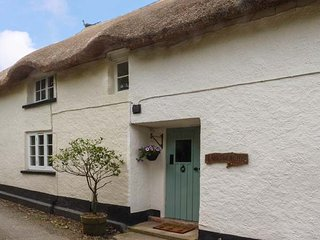 LARKSWORTHY COTTAGE, thatched cottage, woodburner, WiFi, enclosed garden, in North Tawton, Ref 947869 - North Tawton vacation rentals