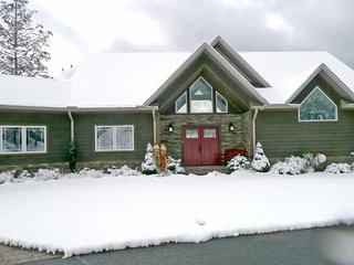 Gorgeous Mountain Top Luxury Home - 2 Miles to Ski-Easy Access- Fantastic Views! - Maggie Valley vacation rentals