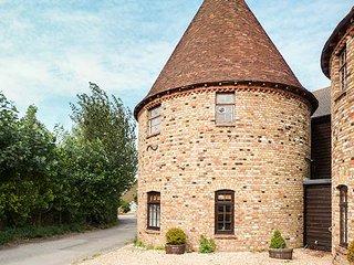 WOODGATE FARM OUST, unusual oust house, all bedrooms en-suite, garden, WiFi, Sittingbourne, Ref 12140 - Sittingbourne vacation rentals