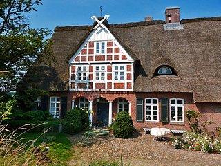 Gästehaus Mühlenhof | Reetdach-Ferienhaus mit eigenem Bootsanlegesteg - Hechthausen vacation rentals