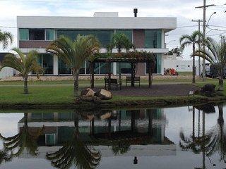 Mansão 5 suítes c/ ar Condomínio Fechado Banheira Hidromassagem Wi-FI 16 pessoas - Capao da Canoa vacation rentals