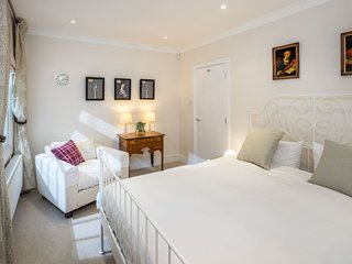 Stylish, homely, split level 3 bedroom, 2 bathroom, Zone 1, terrace apartment. - London vacation rentals