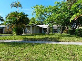 2BR, 2BA Lantana House in Palm Beach w/ Fun Yard – Walk to Downtown, Beach - Lantana vacation rentals