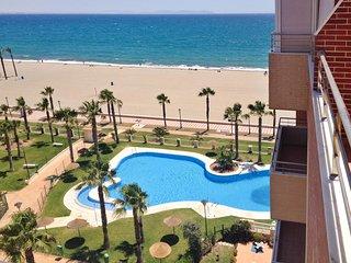 Sea-view apartment in Roquetas de Mar, Andalusia, w/ air con, terrace & pool – 10 metres from beach! - Roquetas de Mar vacation rentals