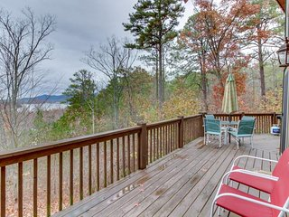 Lakeview lodge with two decks, pool table, hot tub & shared swimming pools - Talking Rock vacation rentals