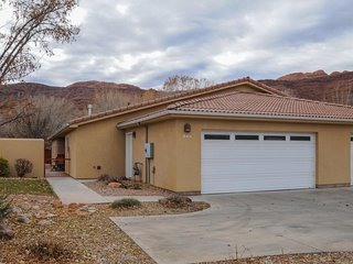 Great location with a private hot tub, shared pool, and great views! - Moab vacation rentals