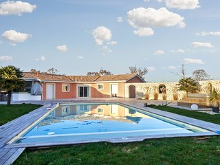 Spacious and elegant country house among the vineyards of Médoc, with pool and jacuzzi! - Saint-Germain-d'Esteuil vacation rentals
