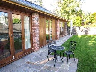 CLOCK COTTAGE, all ground floor, woodburner, lawned garden, Abergavenny, Ref - Abergavenny vacation rentals