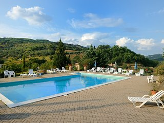 Comfortable 6 bedroom House in Castel Del Piano with Shared Outdoor Pool - Castel Del Piano vacation rentals