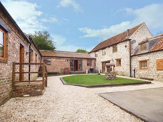 LUCASLAND HOLIDAY COTTAGES, group of three barn conversions, woodburner, hot tub, private pub, in Hunmanby, Ref 946797 - Hunmanby vacation rentals