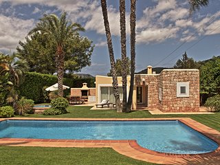 KM6  4 bedroom private garden pool BBQ Great location 6 km from Ibiza + beaches - San Jose vacation rentals