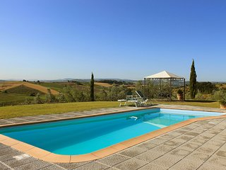 Comfortable Condo with Parking and Shared Outdoor Pool - Vinci vacation rentals