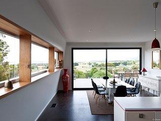 'The Panorama': Huge, Glamorous, Warm!, Award-winning Food & Wine, City 15 mins. - Hobart vacation rentals