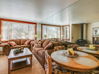 Cozy ski-in/out condo w/ mountain views, shared pool & hot tub, on-site golf. - Truckee vacation rentals