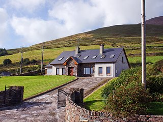 Spacious Cottage with Balcony and Central Heating - Annascaul vacation rentals