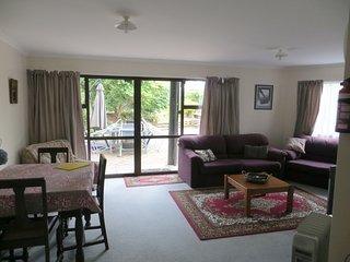 Gorgeous 2 bedroom Condo in Waikawa with Parking Space - Waikawa vacation rentals