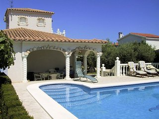 Gorgeous villa by the sea with pool - L'Ampolla vacation rentals