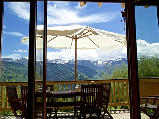 Fabulous, 4-bedroom chalet in Ax-les-Thermes with a furnished terrace and stunning views near the slopes– sleeps 9! - Ax-les-Thermes vacation rentals