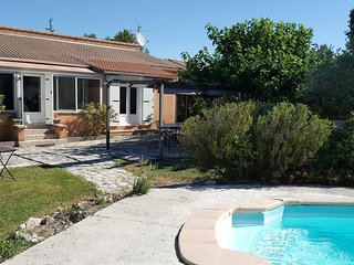 House with 3 rooms in Velleron, private pool, enclosed garden and WiFi - for 8! - Velleron vacation rentals