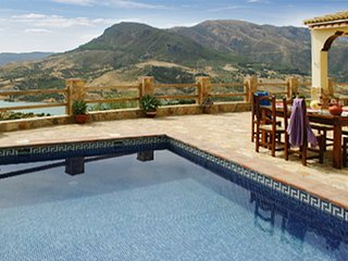 Traditional, 2-bedroom house in El Gastor with a pool and superb mountain views – 26km from Ronda! - El Gastor vacation rentals
