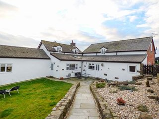 UPPER CAMNANT BARN, barn conversion, off road parking, two dogs, hot tub, Llanbister, Ref 918935 - Llanbister vacation rentals