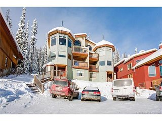 SLEEPS 19 True Ski In/Out-3 Bedroom+Den+Loft+Sauna+Pool Table and Hot Tub - Big White vacation rentals