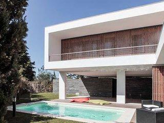 Modern villa with garden & pool in Aldeia do Meco - Aldeia do Meco vacation rentals