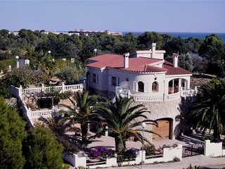 Seaside villa with garden and pool - L'Ampolla vacation rentals