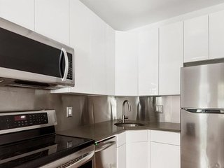 LUXURY 2 bedroom 2 full bathroom with enough space for 8 guests - West New York vacation rentals