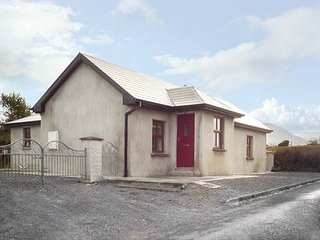 MAC'S COTTAGE, all ground floor, woodburning stove, near Mullaghmore, Ref 951063 - Mullaghmore vacation rentals