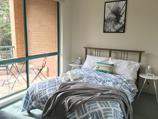 Cosy 1 Bed APT PLUS FREE Car Space | Chatswood - Chatswood vacation rentals