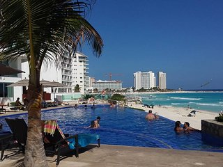 OCEAN DREAM CANCUN 1 BEDROOM BEACHFRONT CONDO: WIFI, KITCHEN,HIGH SECURITY - Cancun vacation rentals
