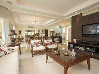 Charming 5 bedroom Home in Jurerê International - Florianopolis vacation rentals