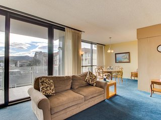 Gorgeous condo w/ lovely views and a shared pool & sauna, across from the beach! - Seaside vacation rentals