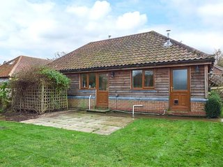 LODGE, open plan, woodburning stove, WiFi, in East Harling, Ref 950855 - East Harling vacation rentals