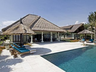 Villa Nusa Indah, Luxurious Beachfront villa near Lovina Bali - Dencarik vacation rentals