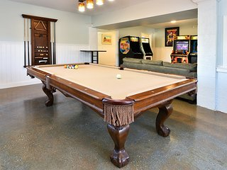 Pool,7/6 pool table,arcade,hot tub,sleeps 30 - Garden City vacation rentals