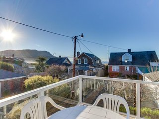 Walk to everything! Ocean views, fireplace, & spacious deck - Seaside vacation rentals