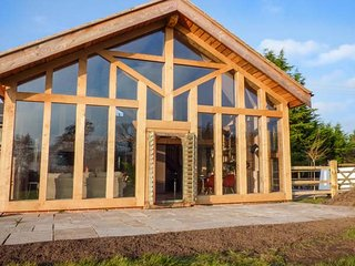 THE TRACTOR SHED, luxurious barn conversion, woodburning stove, countryside views, WiFi, Weston-under-Redcastle, Ref 929789 - Weston-under-Redcastle vacation rentals