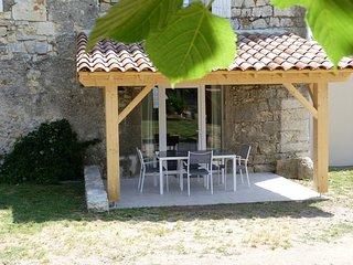 Gîte de caractère dans Bastide entièrement rénovée (Thines) - Casteljau vacation rentals