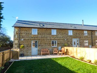 THE STABLES, barn conversion, woodburning stove, pet-friendly, Great Tew, Ref 929663 - Chipping Norton vacation rentals