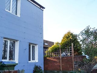 WINDMILL COTTAGE, lovely holiday home, woodburner, en-suite, enclosed garden - Littlehampton vacation rentals