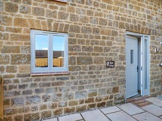 ROSE COTTAGE, terraced barn conversion, woodburner, WiFi, Great Tew, Ref 951965 - Great Tew vacation rentals