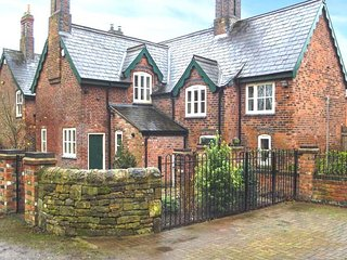 NEWLANDS FARM, brick-built cottage, WiFi, pet-friendly, walks from the door, in Riddings, Alfreton, Ref 946824 - Codnor vacation rentals
