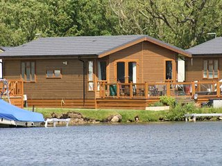 LAKESIDE LODGE, detached timber lodge, single-storey, en-suite, hot tub, on-site facilities, in Tattershall, Ref 952523 - Tattershall vacation rentals