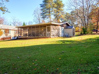 Quiet 2BR Waterfront Cumming Cottage on Lake Lanier w/Wifi, Private Boat Dock & Large Screened-In Patio - Paddleboat & 2 Kayaks Provided! Near Swimming & Fishing - Cumming vacation rentals