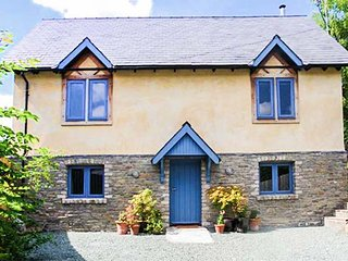 COOPERS YARD, woodburning stove, sun room, pet-friendly, Kington, Ref 5832 - Kington vacation rentals