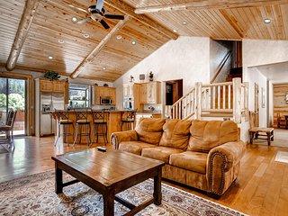 Magnificent 4BR Big Bear Lake House w/Wifi, Mountain Views, Game Room & Hot Tub - Close Proximity to Skiing, Hiking, Boating & Much More! - Big Bear Lake vacation rentals