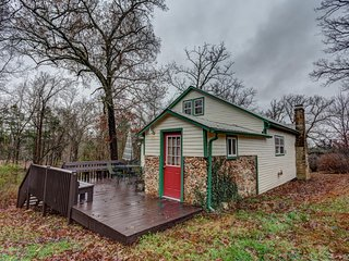 'The Hilltop Hideaway' Historic & Serene 3BR Gilbert House w/Back Deck, Canoe, Fire Pit, Wooded Views & Tremendous Privacy - Near Hiking, Buffalo National River & More! - Gilbert vacation rentals